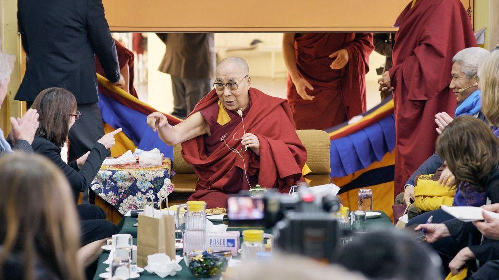 """Auf einer """"Mind & Life-Konferenz"""" vermittelt der Dalai Lama seine Lehren."""
