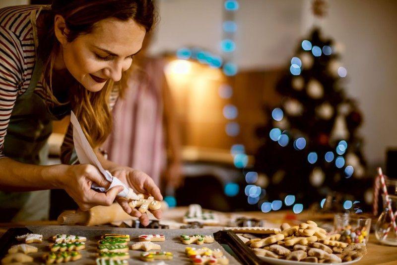 Schokolade, Zuckerguss, Streusel, Perlen: Es gibt viele tolle Möglichkeiten, Plätzchen nach dem Backen zu dekorieren.