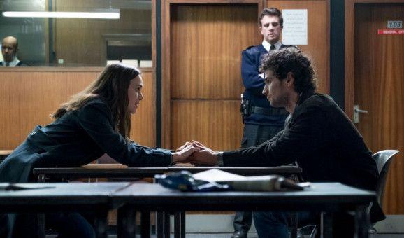 Yasar (Adam Bakri), Katharine Guns (Keira Knightley) Ehemann, wird von der Regierung als Waffe gegen sie benutzt. Man droht mit seiner Abschiebung.