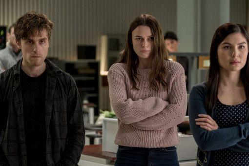 Katharine Gun (Keira Knightley, Mitte) und ihre Kollegen warten auf ihr Verhör - die Suche nach dem Whistleblower hat begonnen.
