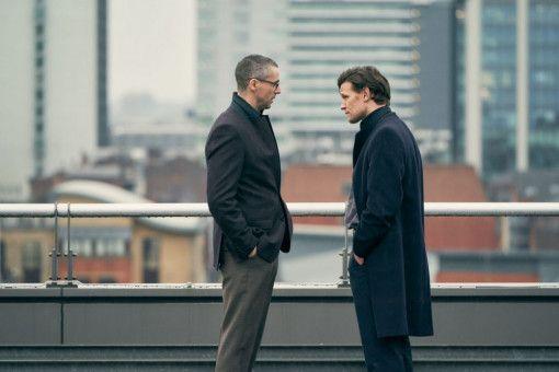 """Peter Beaumont (Matthew Goode, links) und Martin Bright (Matt Smith) vom """"Observer"""" erörtern, welche Konsequenzen eine Berichterstattung für sie hätte."""