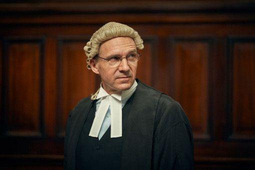 Menschenrechtsanwalt Ben Emmerson (Ralph Fiennes) verteidigt Katharine.