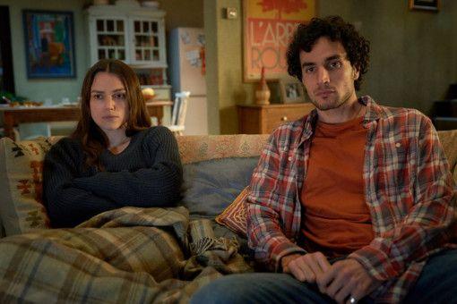 Katharine Gun (Keira Knightley) verfolgt mit ihrem Ehemann Yasar (Adam Bakri) die Nachrichten. Sie kann nicht fassen, was sie dort an Lügen hört.