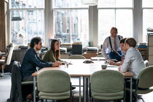 Das Anwaltsteam um Ben Emmerson (Ralph Fiennes, Mitte) versucht, eine Verteidigungsstrategie zu finden.