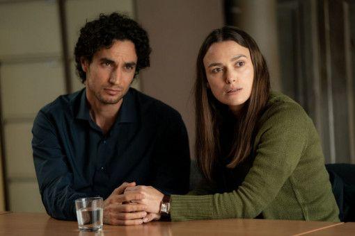 Katharine Gun (Keira Knightley) und ihr Ehemann Yasar (Adam Bakri) erleben eine schwere Zeit.