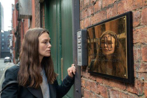 """Katharine Gun (Keira Knightley) sucht die Anwälte von """"Liberty"""" auf."""