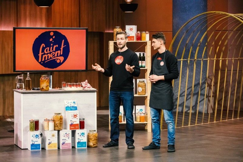 """<b>Folge 11:</b> Leon Benedens und Paul Seelhorst möchten mit """"fairment"""" die positiven Wirkungen der Fermentation wieder in die Köpfe der Verbraucher bringen. Den """"Löwen"""" präsentieren sie ihren fermentierten Kombucha-Tee."""