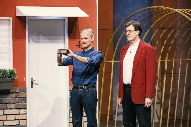 """<b>Folge 11:</b> Um Einbrecher abzuschrecken, haben sich Gerd Wolfinger und Roland Huber ausgedacht. """"Mit """"HomeShadows"""" werden Schatten-Bewegungen im Raum simuliert, die den Eindruck erwecken sollen, dass jemand zu Hause ist."""