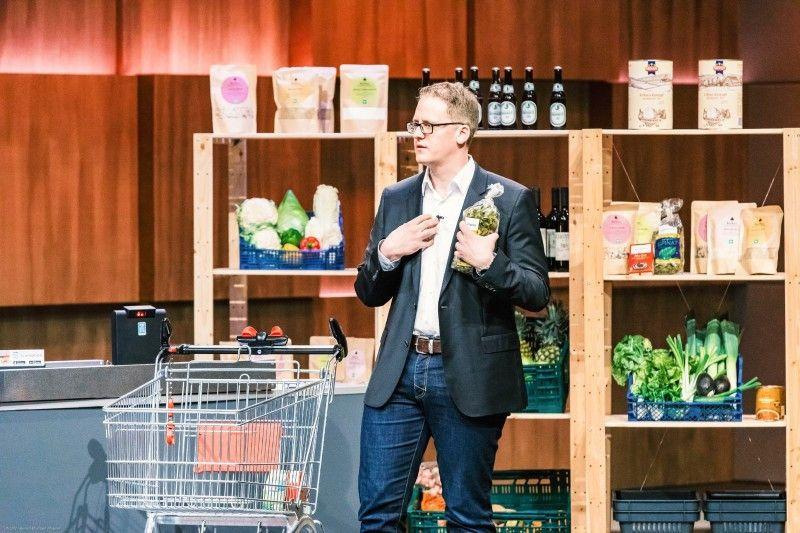 """<b>Folge 11:</b> Andreas Klett und Leo von Klenze möchten mit ihrer App """"Scansation"""" das Einkaufen einfacher machen. Während des Einkaufs werden die Produkte mit dem Handy eingescannt und in einem Online-Warenkorb in der App abgespeichert. Ist der Einkauf beendet, fotografiert der Kunde seine Produkte im Einkaufswagen und die App erstellt einen QR-Code, den das Kassenpersonal einlesen und abrechnen kann."""
