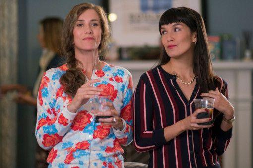 Die penible Nachbarin Audrey (Kristen Wiig, links) und ihre Freundin Soo-Lin (Zoe Chao) sind Bernadettes liebste Hassobjekte.