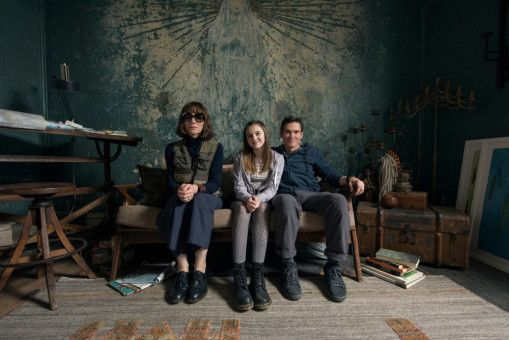 Mutter Bernadette (Cate Blanchett), ihr Mann Elgie (Billy Crudup) und die gemeinsame Tochter Bee (Emma Nelson) leben in einem ehemaligen Waisenhaus, das sie nun gemeinsam renovieren.