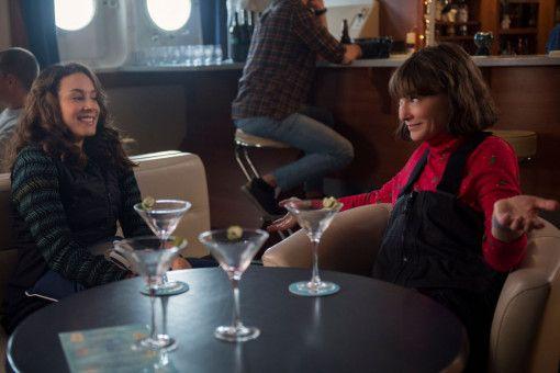 Selbst in der Antarktis ist Bernadette (Cate Blanchett, rechts) einem Schluck Alkohol nicht abgeneigt.