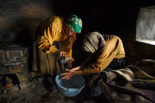 Hatidze (links) kümmert sich um ihre altersschwache Mutter, mit der sie gemeinsam das beschwerliche Leben bewältigt.