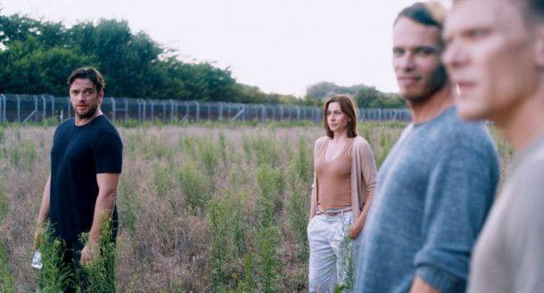 Am Ende müssen Paul (Ronald Zehrfeld, links), Astrid (Christiane Paul) und Julius (Sebastian Hülk, rechts) wieder ein Hindernis überwinden. Der ungarische Maler Jozef (Tamás Lengyel) hilft ihnen dabei.