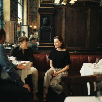 In einem Budapester Hotel trifft Astrid (Christiane Paul) ihre Jugendliebe Julius (Sebastian Hülk) wieder.