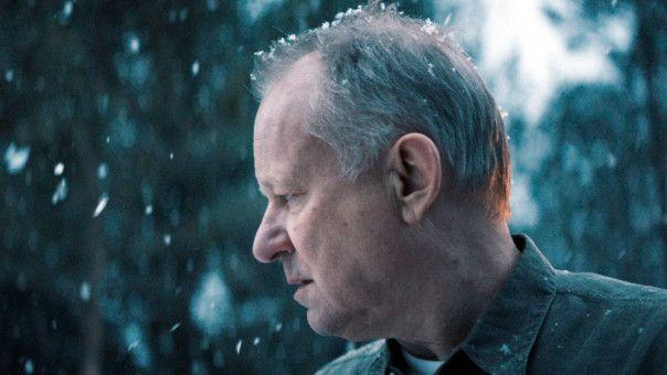 In der verschneiten Einsamkeit fühlt sich Trond (Stellan Skarsgård) wohl.