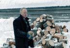 Trond (Stellan Skarsgård) sortiert im Schnee die Überreste eines umgestürzten Baums.