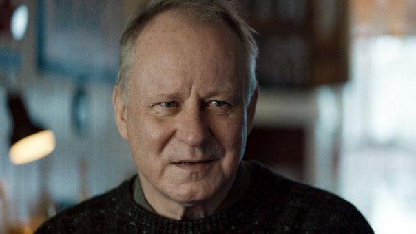 Trond (Stellan Skarsgård) empfängt seinen Nachbarn Lars in seinem Haus.