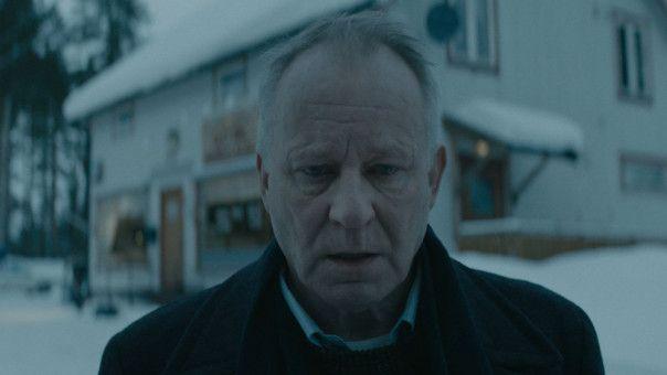Trond (Stellan  Skarsgård) wird zunehmend von Erinnerungen heimgesucht.
