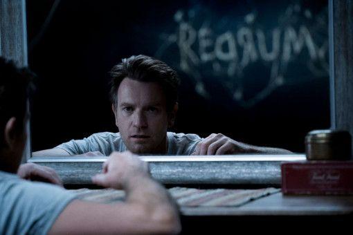 Im Spiegel entdeckt Dan (Ewan McGregor) eine beängstigende Nachricht.