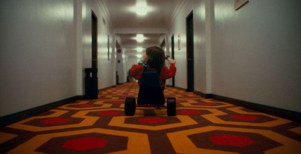"""""""Doctor Sleep"""" hat Szenen aus """"Shining"""" nachgestellt - mit Schauspielern, die so aussehen wie die in Kubricks Film. Hier fährt Roger Dale Floyd als junger Danny durch die Gänge des Overlook."""