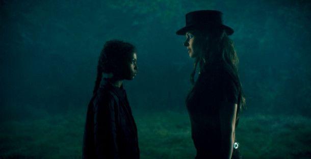 Abra (Kyliegh Curran, links) besitzt die Fähigkeit des Shining. Dadurch macht sie Rose (Rebecca Ferguson) auf sich aufmerksam.