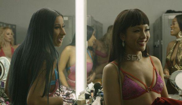 Diamond (Cardi B, links) und Destiny (Constance Wu) machen sich bereit für ihren Auftritt im Stripclub.
