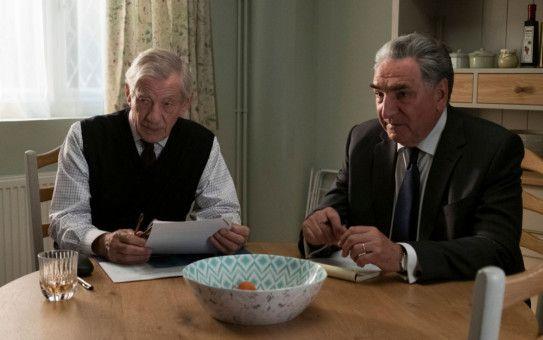 Roy Courtnay (Ian McKellen, links) und sein Partner Vincent (Jim Carter) bereiten alles vor, um Betty hereinzulegen.