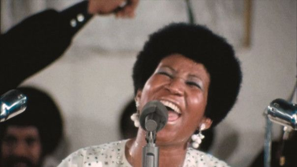 "In ""Amazing Grace"" schmettert Aretha Franklin 90 Minuten lang Gospelklassiker vom Altar herab."