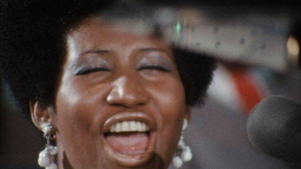 Einsatz und Inbrunst stimmen bei Miss Franklin, ihre volle Konzentration schenkt sie ihrer Musik und nicht dem Publikum.