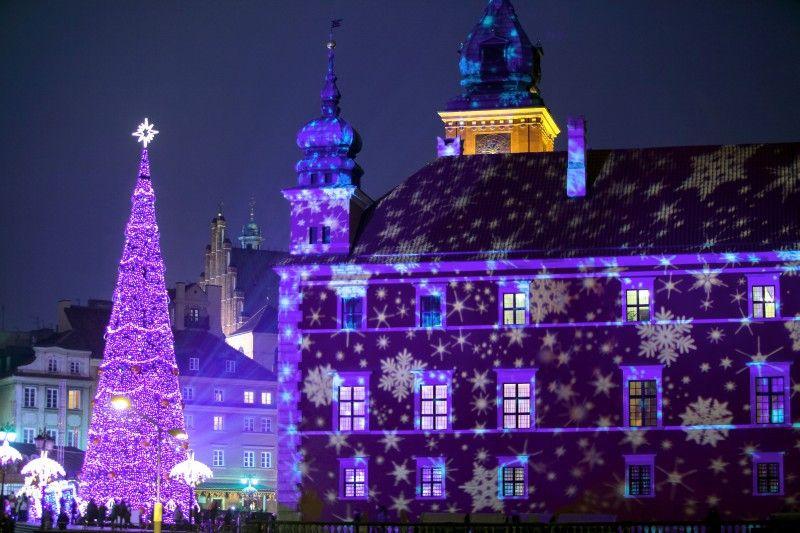 Winterliches Warschau: Weihnachtsbeleuchtung vor dem Königsschloss.