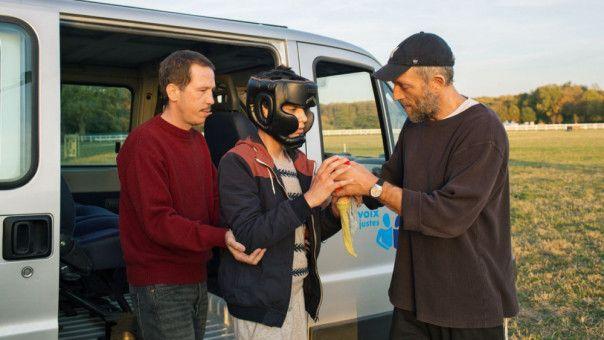 Ei anderer schwerer Fall für Bruno (Vincent Cassel, rechts) und Malik (Reda Kateb, links) ist Valentin (Marco Locatelli), der sich ständig selbst verletzt.