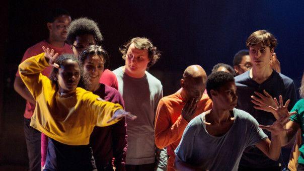 Der autistische Joseph (Benjamin Lesieur, Mitte) nimmt an einem Tanzprojekt teil.