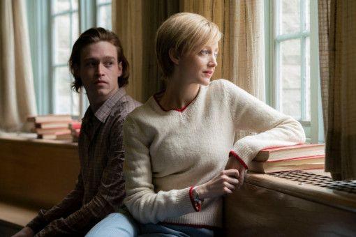 Die Krankenschwester Alice (Andrea Riseborough) zeigt viel Mitgefühl, auch für den unsicheren jungen Jeff (Caleb Landry Jones).