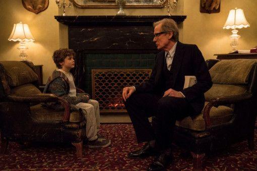 """Timofey (Bill Nighy), der Besitzer des russischen Restaurants """"Winter Palace"""", kümmert sich um Claras jüngsten Sohn Jude (Finlay Wojtak-Hissong)."""