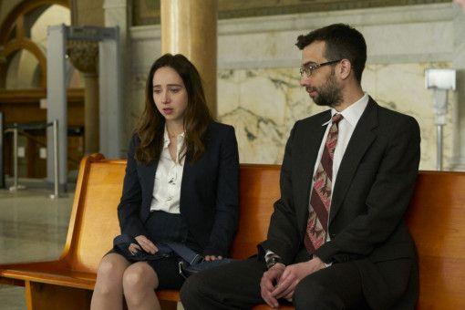 Clara (Zoe Kazan) bereitet sich mit ihrem Anwalt John Peter (Jay Baruchel) auf ihre Gerichtsverhandlung vor.