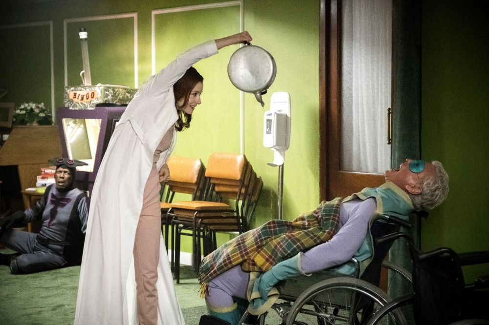Die Heimleiterin Alicia (Fiona Glascott) führt von Anfang an Böses im Schilde und attackiert Ray (Tom Berenger).