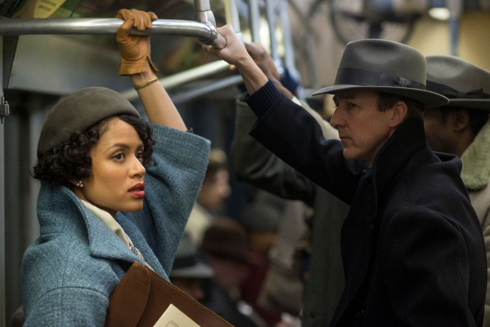 Lionel Essrog (Edward Norton) folgt Laura Rose (Gugu Mbatha-Raw) in die New Yorker U-Bahn.