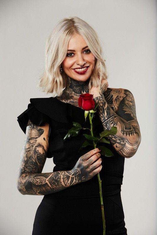 """""""Ich bin kein typisches Mädchen"""", sagt Wimpernstylistin Jenny aus Freiburg. Ihre unzähligen Tattoos stechen sofort ins Auge."""