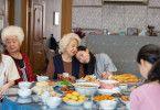 Billi (Awkwafina, zweite von rechts) hängt sehr an ihrer Oma (Zhao Shuzhen, Mitte).