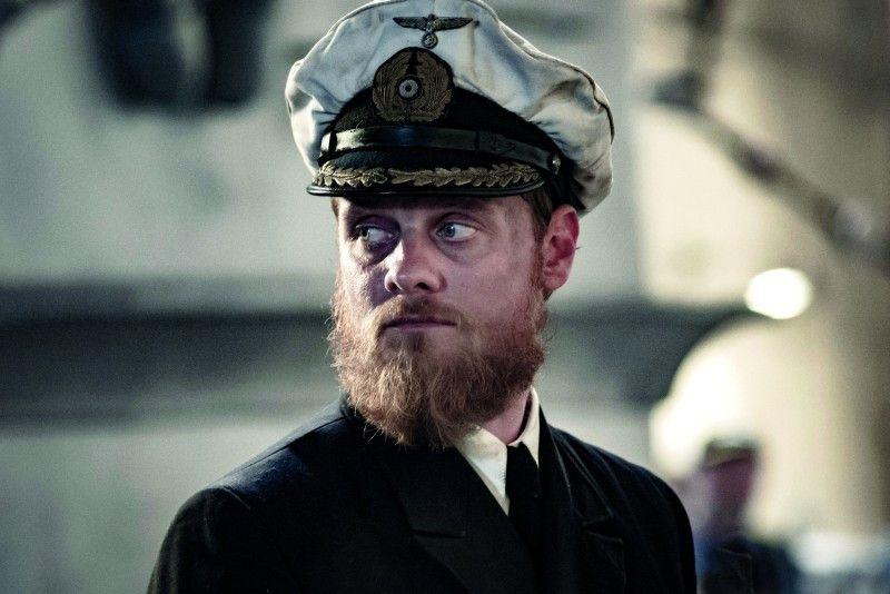 Stefan Konarske spielt Kommandant Ulrich Wrange.