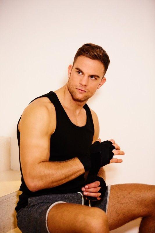 Außerdem betreibt er profimäßig Kickboxen und wurde 2018 und 2019 Weltmeister (WKU).