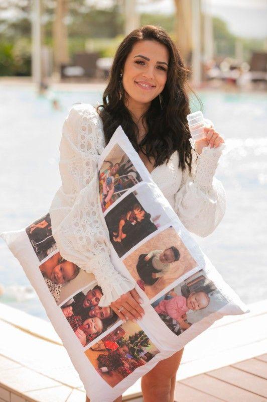 Elena Miras hat sich ihr Kissen mit Familienfotos zugepflastert. Außerdem hat sie Ohrstöpsel dabei.