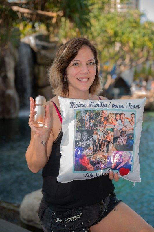 Auch Daniela Büchner hat ein Kissen eingepackt, das sie an ihre Familie erinnert. Schon ihr verstorbener Mann Jens Büchner hatte so eines dabei. Außerdem nimmt sie Parfüm mit.