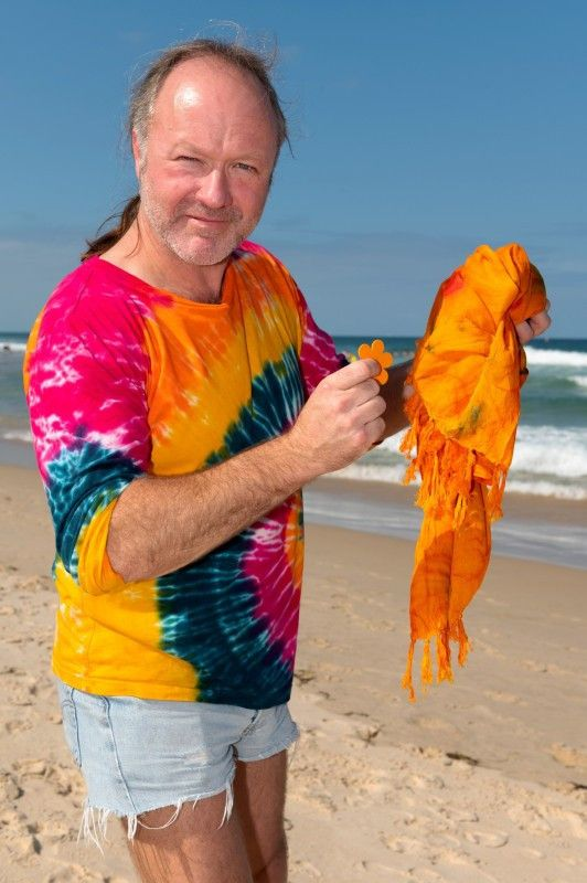 """Markus Reinecke hat sich bei den Luxusartikel für Ansteck-Blume und Tuch entschieden. """"Auf der Hinreise habe ich mir noch ein orangenes Tuch gekauft. Das ist farbig, bringt gute Laune ins Camp und ist vielseitig einsetzbar."""""""