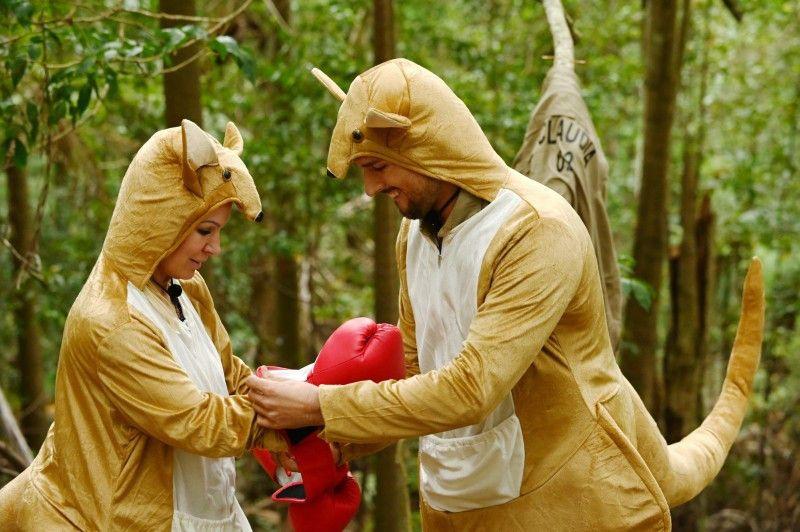 Das Duo ist erfolgreich und bringt die Truhe mit ins Camp.