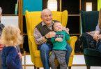 """In der zweiten Staffel von """"Wir sind klein und ihr seid alt"""" treffen zehn Kindergartenkinder auf zehn Senioren. Hier freunden sich Fritz und Fynn-Luca an."""