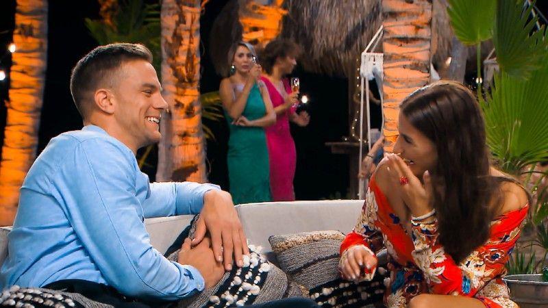Vor der Nacht der Rosen unterhält sich Sebastian – argwöhnisch von Jenny beäugt – mit Natali.