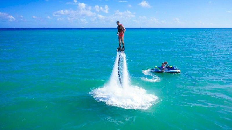 """Mit dem Flyboard geht es für den """"Bachelor"""" und seine Date-Kandidatinnen in luftige Höhe über dem Meer."""