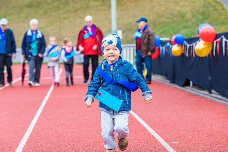 """Der kleine Fynn-Luca hat bei der Generationenolympiade sichtlich Spaß. Er ist eines der Kindergartenkinder, die 2020 in der VOX-Sendung """"Wir sind klein und ihr seid alt"""" dabei sind."""